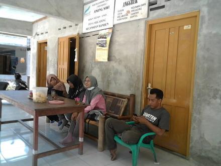 MAHASISWA UGM BELAJAR KOMPOS DAN MEDIA TANAM DI BUMI IJO SRIGADING